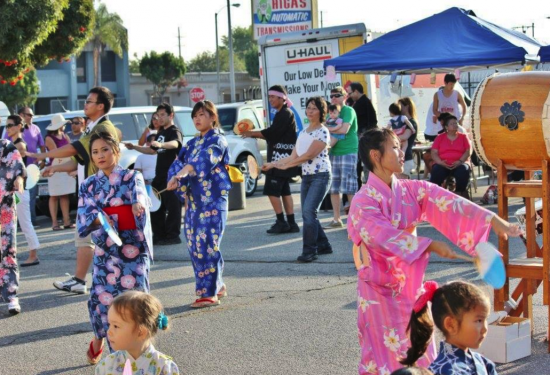 Bon Odori participants are encouraged to wear yukata or happi coats.