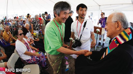 Rev. Saburo Masada (right) greets Jun Yamada, consul general of Japan in San Francisco. Both men spoke at the pilgrimage memorial service. (MARIO G. REYES/Rafu Shimpo)