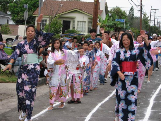 At last year's Obon, dancers carried on despite the rainy weather. (J.K. YAMAMOTO/Rafu Shimpo)