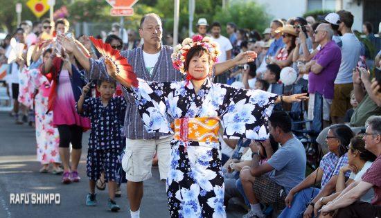 A scene from West Los Angeles Buddhist Temple's 2015 Bon Odori. (MARIO G. REYES/Rafu Shimpo)