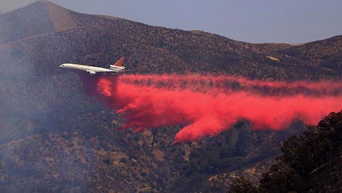 エアータンカーも出動し消火活動が行われているレイク郡の山火事(カリフォルニア州森林管理防火局より)