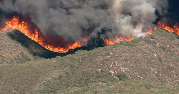 サンバナディーノのカホパス周辺で発生している山火事(カリフォルニア州森林管理防火局より)