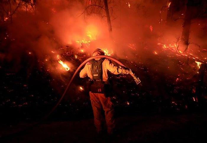 およそ1千人の消防隊員が消火作業にあたっているレイク郡の山火事(カリフォルニア州森林管理防火局より)