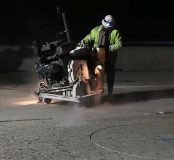 道路へのループ探知機作業を行う作業員。フリーウエー#101が閉鎖される区間では同様の作業が行われる(カリフォルニア州運輸局より)