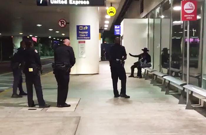 ターミナル7で空港警察に身柄を拘束された「怪傑ゾロ」の服装をした男=28日(ツイッター投稿画像より)