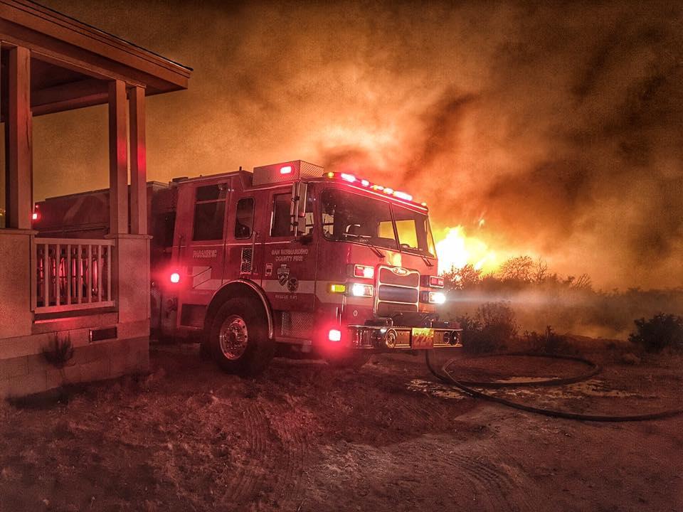 山火事の勢いが増し、懸命な消火活動が行われているサンバナディーノ国立森林公園周辺(サンバナディーノ郡消防局より)