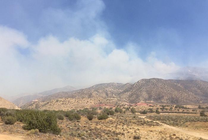 これまでに約7800エーカー以上が焼失し、辺り一面に煙が立ちこめているサンバナディーノ国立森林公園周辺(サンバナディーノ郡消防局より)