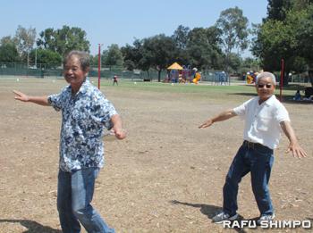 余興で伝統民謡の音頭にのって踊りを楽しむ同県人会の小田会長(左)と同県人会メンバーの岩下寿盛さん