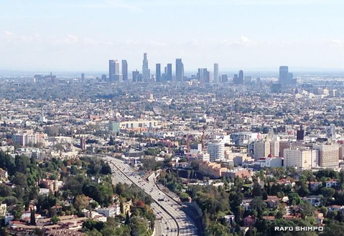スモッグが一面に立ちこめ、曇っているのが分かるロサンゼルスの空の様子