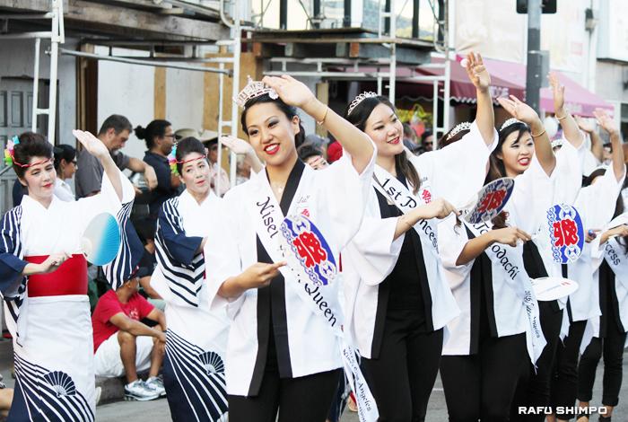 花柳禄福美社中とともに街頭音頭をリードする新女王のジャクリン・ヒデミ・トミタさん(右)とコート