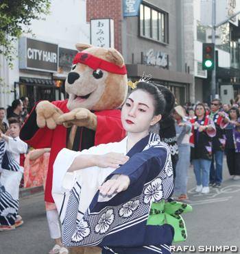 二世週祭のマスコット「アキ・ザ・アキタ」も日本舞踊の社中とともにしっかり踊った