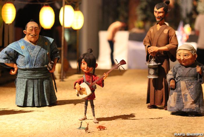 主人公クボ(左から2人目)と登場人物のパペット