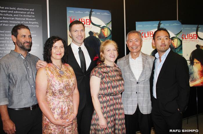 ナイト監督(左から3人目)、ジョージ・タケイ(右から2人目)と制作チーム