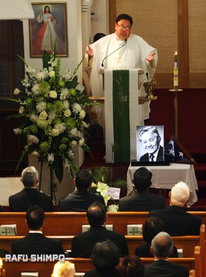 Father Richard Hoynes presides over the funeral Mass for journalist Harry Honda on July 15, 2013. (MARIO G. REYES/Rafu Shimpo)