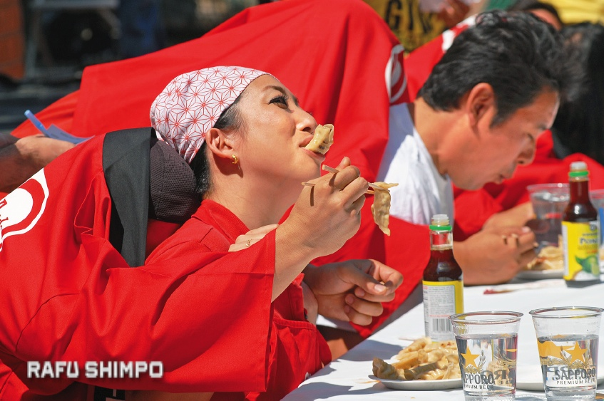 Ayako Shimizu struggles to get a grip on her lunch, as she is fed by ninin-baori partner Shuichi Yanagidaiwa.
