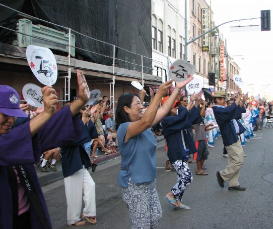 Dancers on First Street during the 2015 Nisei Week Ondo. (J.K. YAMAMOTO/Rafu Shimpo)
