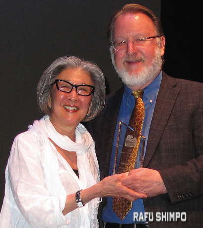 Barbara Takei is presented the National Park Conservation Association's Marjory Stoneman Douglas Award by Ron Sundergill, senior director of the NPCA's Pacific Region Office. (MARIO G. REYES/Rafu Shimpo)