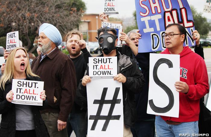 メタンガス漏出事故をめぐり南カリフォルニア・ガス・カンパニーに対し抗議するポーターランチの住民