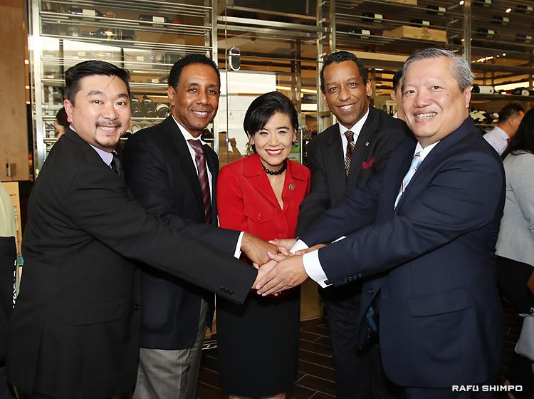 アジア系中小企業エキスポのキックオフイベントで、成功を期す関係者ら。左からAPIのロン・フォング部長、SBAのビクター・パーカー局長、ジュディ・チュウ連邦下院議員