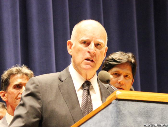 運転中の携帯電話の使用をさらに厳しく規制する法案に署名したカリフォルニア州のジェリー・ブラウン知事