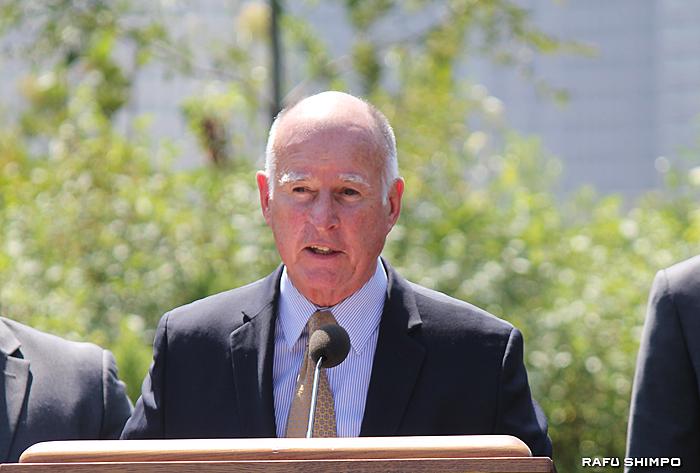 猛暑日に車内に置き去りにされたペットを救うため、窓を壊して救助することを許可する法案に署名したカリフォルニア州のジェリー・ブラウン知事