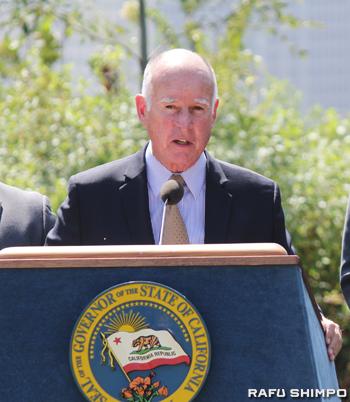 署名式典で演説するブラウン知事