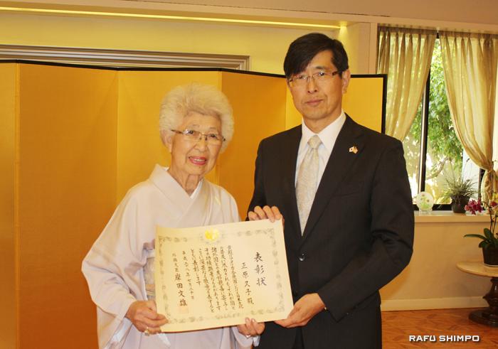 千葉明・在ロサンゼルス日本国総領事(右)から表彰状を手渡された正原氏