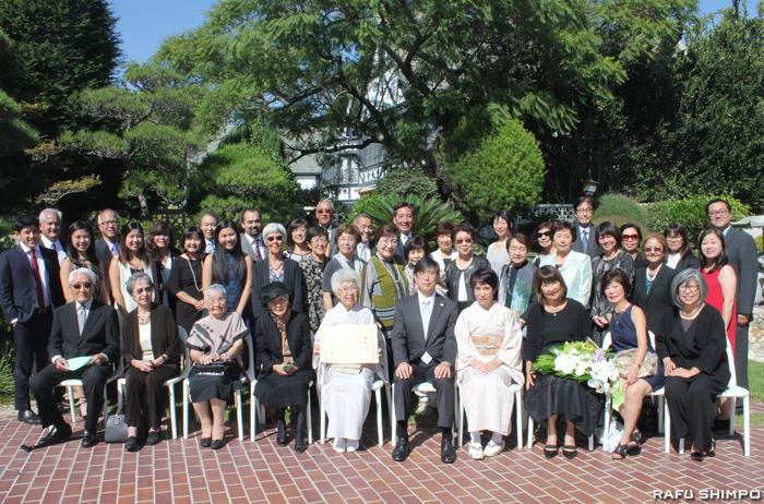 祝福に訪れた出席者とともに記念撮影する正原氏(前列左から5人目)