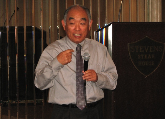Alan Nakanishi addresses a gathering of local Republicans. (J.K. YAMAMOTO/Rafu Shimpo)