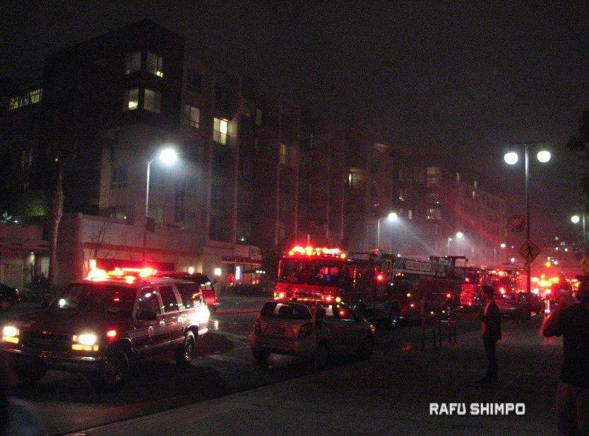 San Pedro Street was filled with emergency vehicles. (J.K. YAMAMOTO/Rafu Shimpo)