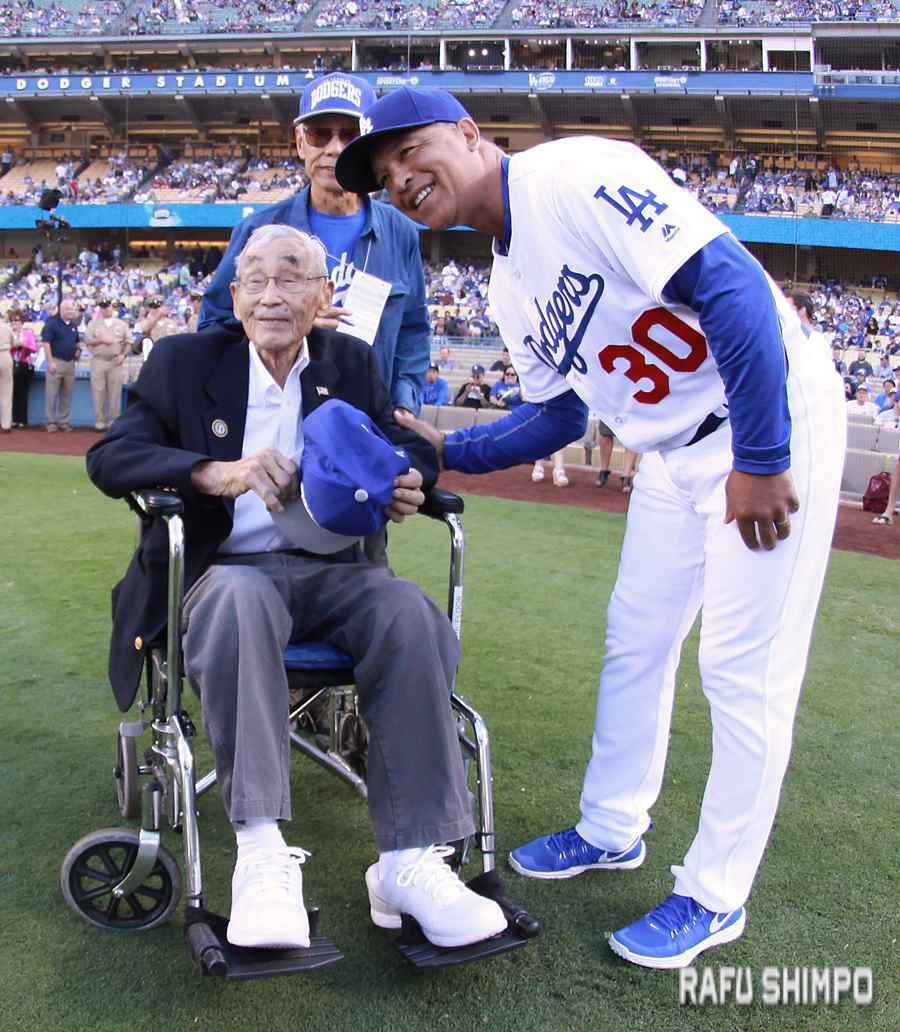 Dodgers General Manager Dave Roberts greets Jack Kunitomi prior to the game against the Arizona Diamondbacks. (MARIO G. REYES/Rafu Shimpo)