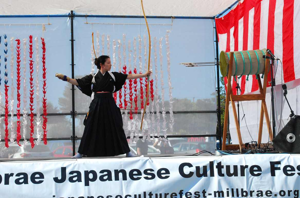 Kyudo demonstration by Seishinkan