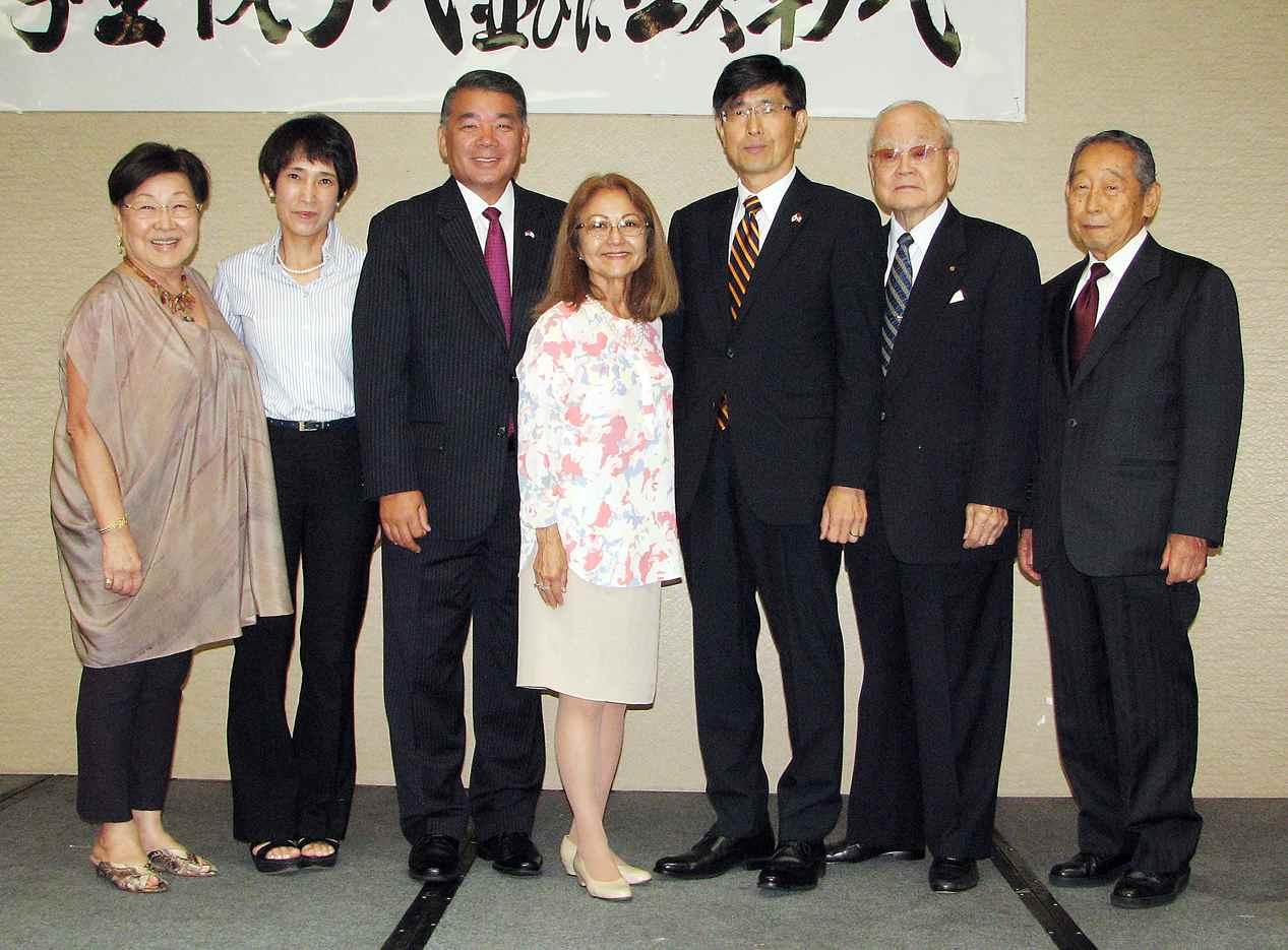 From right: Honoree Tetsuo Takahashi, honoree Dr. Jack Naito, Consul General Akira Chiba, JATCSF Chairperson/President Kitty Sankey, keynote speaker Terry Hara, Yuko Chiba, honoree Sally Takemoto. (J.K. YAMAMOTO/Rafu Shimpo)