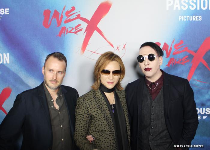 レッドカーペットに登場した(左から)カイヤック監督、YOSHIKIと友人でミュージシャンのマリリン・マンソン