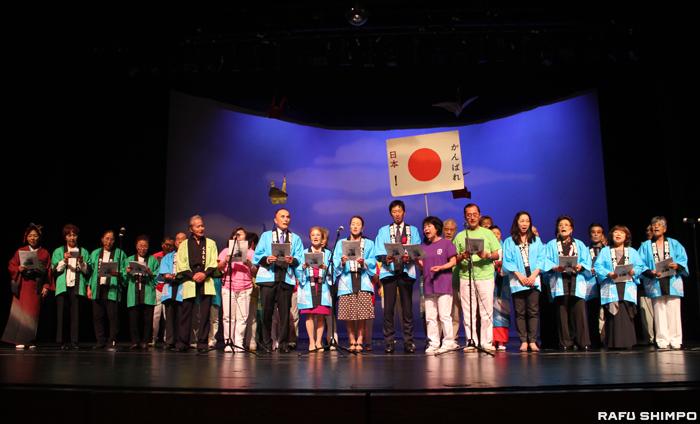 震災支援ソング「花は咲く」を合唱する熊本、鹿児島両県人会、協議会会員の有志