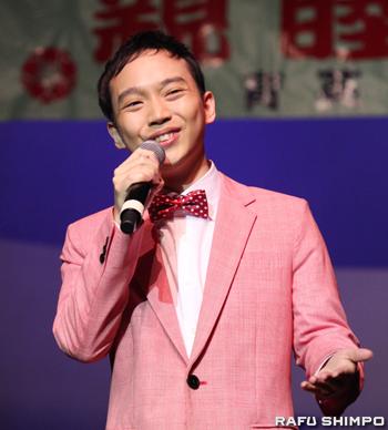 特別ゲストとして訪米し、歌声を披露した新人演歌歌手の三丘翔太