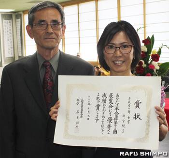 岩見会長(左)から表彰状を受けた有段者の部・金賞の間宮規子さん