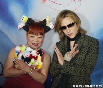 ハローキティーのデザイナーで「ヨシキティー」もデザインした山口裕子氏(左)とYOSHIKI