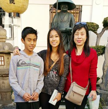 ローズパレードのコートに選ばれたカーン川口真弥さん(中央)と、母・容子さん(右)、弟のアレックスさん。小東京の高野山で撮影(川口容子さん提供)