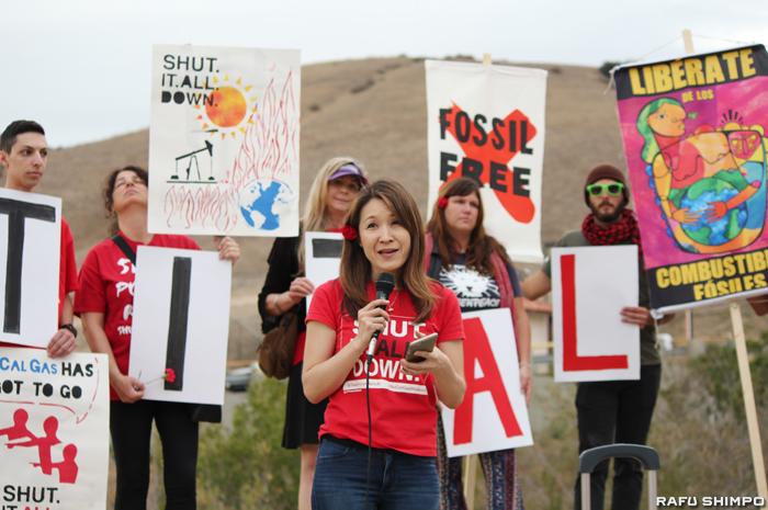 メタンガス漏出事故から1年が経過した23日、SoCalGas施設前で行われた抗議集会に参加したポーターランチの住民でNPO「Save Porter Ranch」の代表の一人、日比野恭子さん(中央手前)