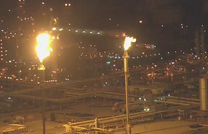 停電の影響でトーレンス市にある製油所施設から火が燃え上がっているのが確認された(地元テレビ局映像より)
