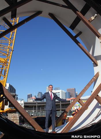 直径21・5フィートのTBMの大きさを確認するLA市のガーセッティー市長
