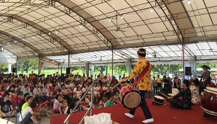 日本の太鼓も熱心に聞く参加者たち