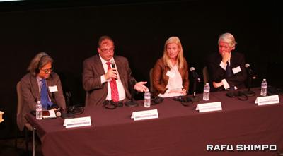パネルディスカッションで、意見を交わす(左から)谷川じゅんじ、リッチ・チェリー、エリザベス・サリバン、エドワード・P・ガラガファの各氏