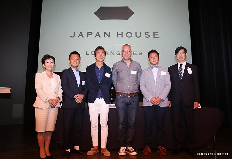 スクリーンに映し出されたジャパン・ハウスのロゴを背に写真に納まる(左から)海部優子館長、横川正紀氏、楠本修二郎氏、シルバン・ミシマ・ブラケット氏、渡邉賢一氏と、千葉明総領事