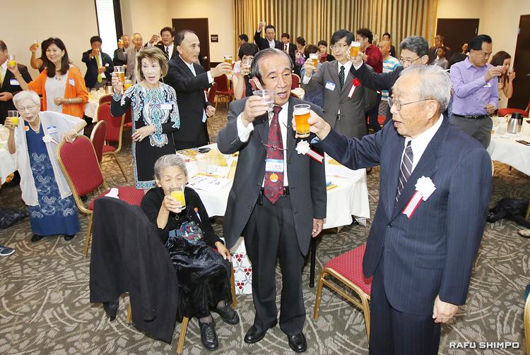 創立100周年記念の祝杯を挙げる國宗会長(中央)と町川さん(右)ら参加者