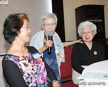 県人会の思い出を振り返る山中眞知子さん(中央)