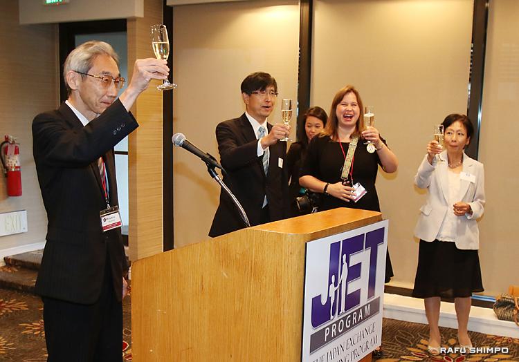 福川正浩さん(左端)の発声で乾杯する(右奥が左から)千葉総領事、リッチ南加・アリゾナ支部長と、基調講演を行ったジャパン・ハウスLAの海部優子館長