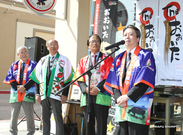 「ガッテン」セリトス店で行われたプロモーションで、豊後牛のおいしさを話す太田豊彦・大分県副知事(右端)。左隣が横田正義ガッテンすし社長
