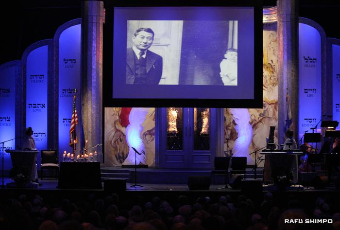 ユダヤ教会「Temple of the Arts」で行われた式典で映し出された杉原千畝のスライド映像